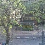 Essa é a vista da janela em frente ao hotel