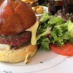 Burger avec steak saignant et chèvre coulant !