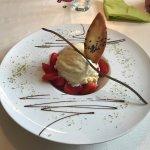 Früchtebecher der Saison mit Vanilleeis