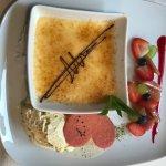 Creme brulee mit Schokolade und Grand Marnier dazu Vanilleeis und Früchten