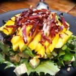 Ensalada de mango, foie, queso de cabra y jamón Ibérico
