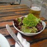 Grüner Salat und Bier zur Leber