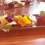 Vorspeise: essbare Blüten, dreierlei Rote Beeten, Käse. Köstlich