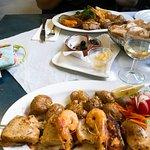 Fischplatte und Calamari-Grillspieß