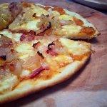 Pizza Toribio (tocino y cebolla caramelizada / caramelized onion and bacon)