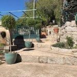 petite terrasse derriere la fontaine