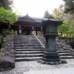 祖廟拝殿前の一本灯籠