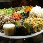 Grand assiette: panisse, légumes frais cuits de saison, igname et courgettes; riz complet, kasha