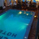 Blick vom Balkon auf den Pool, die Bar und das Meer