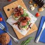 Брускетта с ростбифом и вялеными томатами