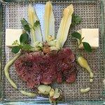 Centovalli Bio-Rind an Spargel-Salat mit Spargel-Panacotta