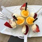 Diverse Desserts, u.a. mit Passionsfrucht-Sorbet