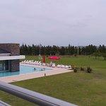se ve la piscina del fondo ,es in-out , y de fondo se ve la cancha de golf del hotel