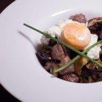 Salteado de pluma ibérica, setas frescas, huevo poché y trufa blanca