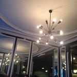 Jeu de miroirs dans la salle du restaurant
