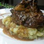 Τουρτιγκίτα: Mοσχαρίσιο κότσι, στο φούρνο, με σάλτσα άγριων μανιταριών και πηρουνάτες πατάτες