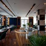 Уютный и стильный зал ресторана VIRID YARD