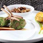 Lammcarrée im Kräutermantel mit Hoisinsauce Petersiliencrème, gebratene Pilze und Kartoffel-Shii