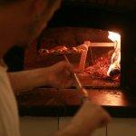 Pizzaiolo della Trattoria Micci in azione