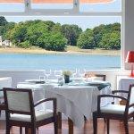 Salle du restaurant offrant un panorama sur la baie de la Forêt Fouesnant et la hanse de Penfoul