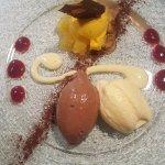 Zweierlei Schokoladenmousse mit Mangoeis auf Ananaswürfel