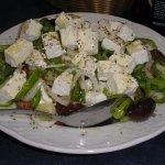 """Ensalada tìpica griega, se llama """"Joriàtiki"""" es uno de los platos mas demandados."""