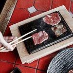 мясо на вулканическом камне