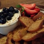 The warm goats cheese with blueberries and strawberries