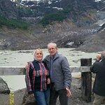 al fondo el Cerro Tronador y nosotros a orillas del glaciar,
