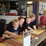 4 børnebørn med hjælpere på bolsjeværkstedet