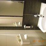 lavabo del bagno con a destra il WC e a sinistra la cabina doccia