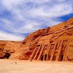 Les deux temples d'Abou Simbel (Ramsès II à gauche et Nefertari à droite)