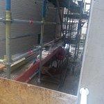 Vista del repugnante callejón desde la ventana de al lado. Obras, ruidos...