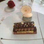 Délice chocolat noir,pomme confite,glace vanille Bourbon.