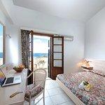 Photo de Niriides Apartments & Suites