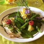 Plat composé de haricots plats, asperges, fondue de poireaux, endives, purée de pommes de terre