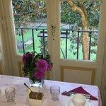Ein Tisch im Frühstückszimmer mit Blick auf den Garten.
