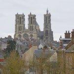 Vue des toits de la vieille ville et de la cathédrale de Laon