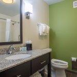 Double Queen Bathroom-Bathtub