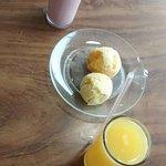 Pão de queijo, suco de laranja e vitamina de morango