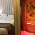 links Bett, rechts Bad, WC hinter der Kamera u. nicht im Bild