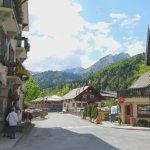 Vue sur l'hôtel à gauche, sur le village et le paysage montagneux