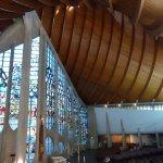 Quel harmonie entre l'architecture de 1973 et les vitraux du Moyen-Age