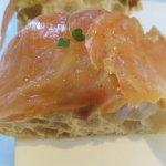 pan de cristal con salmón y guacamole
