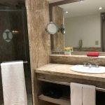 Hotel impecável: torta de niver, banheiro amplo e limpo, amenities Loccitane, cama king e traves