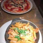 Great pizza (pepperoni campagna) and oven-baked pasta (penne della casa)!