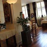 Vue de la vaste salle de restaurant aux tables bien séparées.