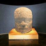 Enorme cabeça de uma estátua