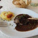 Filet de boeuf extra tendre avec sauce au vin de Chinon, un délice et son gratin dauphinois au c