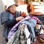 Vendedora de tejidos a las puertas. Esta mujer, además de muy honesta, es una magnífica artesana